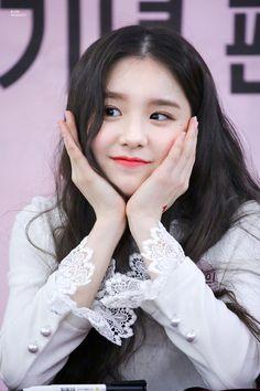 Kpop Girl Groups, Korean Girl Groups, Kpop Girls, Singing In The Rain, Olivia Hye, South Korean Girls, My Girl, Hot Pink, Actresses