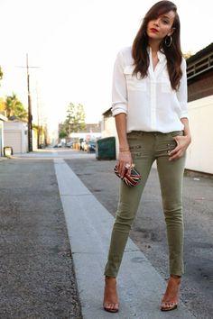 mode femme printemps - pantalon en vert-olive et chemise blanche