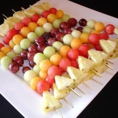 Como fazer uma espetada de fruta. A espetada de fruta é uma sobremesa espetacular, uma vez que a sua forma de comer é bastante comoda e colorida para os seus convidados. Para além disso, a fruta tem um baixo teor de calorias, não cont...
