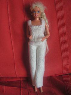 Bon, c'est pas parce qu'on est passé à l'année 2015 que je vais m'arrêter de tricoter ou de coudre ou de peindre ou que sais-je encore ! Voilà encore un petit vêtements pour les poupées Barbie. Elles seront toutes jolies avec cette petite salopette !!...