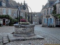 Un des plus beaux villages de France: Locronan et son puits sur la place de l'église.