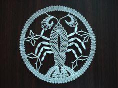 Znamení zvěrokruhu - rak Rak je paličkovaná krajka z bílé kordonetky o průměru 13 cm určená k zarámování či do pasparty. Bobbin Lace Patterns, Lace Heart, Lace Jewelry, Lace Making, Lace Detail, Crochet, How To Make, Inspiration, Bobbin Lace