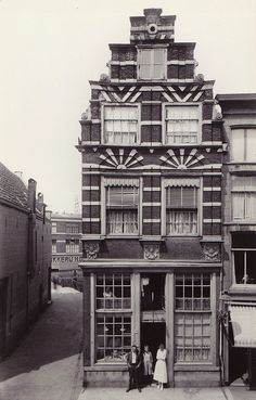 Dordrecht - Voorstraat hoek Wijnbrug - 1910 by oerendhard1, via Flickr
