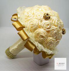Bouquet gioiello da sposa con rose in raso