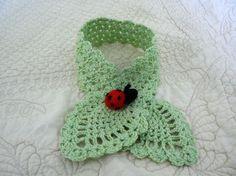 Col femme tour de cou en laine vert anis et sa broche coccinelle amigurumi : Echarpe, foulard, cravate par doomyflo-crochet