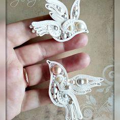 Нет описания фото. Shibori, Soutache Jewelry, Dragonflies, Butterflies, Heart Ring, Diy And Crafts, Braids, Ribbon, Wedding Rings