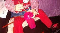 Busy bag: hecho con vasito con pajita para bebés. El bebé introduce pajitas de plástico por el agujerito de la parte superior de la tapa.