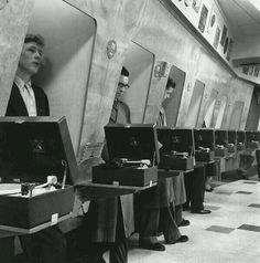 Cabinas para escuchar un disco. 1955