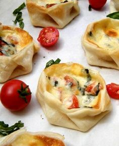 Canastitas Caprese (Open-faced Empanadas with Tomato, Basil and Mozzarella). Let's serve this as one of our three medium tapas! Think Food, I Love Food, Good Food, Yummy Food, Healthy Food, Yummy Appetizers, Appetizer Recipes, Party Appetizers, Cheese Recipes
