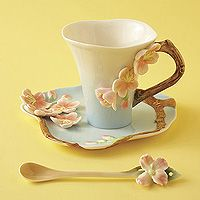 Usually not a big fan of frilly / supergirly, but these teacups are SO adorable.