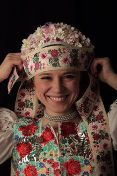 Smiles From Around The World Worlds Beautiful Women, Beautiful People, Bratislava, Flower Head Wreaths, Costumes Around The World, Folk Costume, Ethnic Fashion, Beautiful Patterns, Traditional Outfits