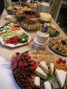 table buffet ideas table decorating tips vertical food arrangement (Cheese Table Ideas) Buffet Dessert, Party Food Buffet, Party Platters, Food Platters, Dinner Buffet Ideas, Breakfast Buffet, Appetizers Table, Appetizer Recipes, Appetizer Table Display