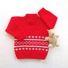 Edad 6 a 12 meses, esto es tal un dulce poco rojo bebé suéter. Es un muy bonito cierto rojo escarlata en color con un blanco Fair Isle patrón delantero y espalda, lo justo para un suéter de Navidad para el bebé. El Jersey tiene cuello redondo y mangas largas y asegúrese de mantener su un caliente poco. ¡Un regalos de bebé ideal para el invierno! Las mediciones están por debajo.  Este pequeño suéter en calor bajo cuidado fácil, peso medio, hilado de acrílico, lavado frío de la máquina, ciclo…