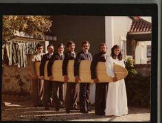 Da esquerda para a direita: Zé Bilbao, Jorge Laruça, Carlos Craveiro, Nuno Taveira, Camné Rolim, JB, e Pitú. Este longboard desapareceu cerca de 1981/2, na Costa da Caparica. Quem souber do seu paradeiro, avise. Representa muito para alguns de nós...