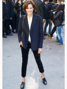 Mode-Muse Ines de la Fressange macht es vor: Die Französin mag es minimalistisch. Da genügt eine schicke navyblaue Jacke für den perfekten Look. Es werden niemals zuviele Accessoires bemüht und auch beim Schmuck geht es filigran und wohl dosiert zu.Mehr Streetstyles haben wir hier für euch!