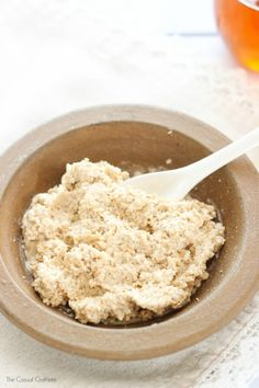 oatmeal face mask Oct 2017 - DIY Oats and Honey Face Mask - 3 ingredient homemade face mask that gives you glowing skin and also helps fight acne. Oats Face Mask, Honey Face Mask, Oatmeal Face Mask Diy, Homemade Face Masks, Diy Face Mask, Aloe Vera, Diy Masque, Avocado Face Mask, Oats And Honey