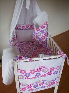 SOUPRAVA DO DĚTSKÉ POSTÝLKY, povlečení, mantinel, kapsář , zavinovačka . Sew Baby, Baby Sewing, Diaper Bag, Toddler Bed, Nursery, Furniture, Home Decor, Cute Stuff, Bebe