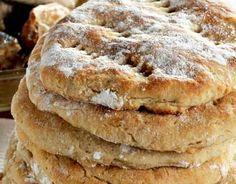 Vaivattomat perunarieskat Käytä joko tähteeksi jäänyttä perunasosetta tai perunasosehiutaleista valmistettua muusia. Sekoita perunasoseeseen vesi, suola ja rasva. Sekoita jauhot ja leivinjauhe. Lisää seos perunasoseeseen ja sekoita. Jaa taikina noin 10 osaan ja taputtele leivinpaperilla vuoratuille uunipelleille. Paista 225-asteisessa uunissa 15-20 minuuttia. Ota kypsät rieskat uunista ja peitä leivinliinalla. Tarjoa lämpiminä.