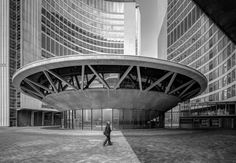 Toronto City Hall by architect Viljo Revell Photo ©Darren Bradley Toronto Architecture, Futuristic Architecture, Interior Architecture, Public Architecture, Round Building, Toronto City, Famous Architects, Brutalist, Modern Buildings