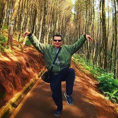 "Bisa jadi ""Jurus Rajawali Ngepret"" ala Rizal Ramli itu mungkin didapat dari ""Bukit Moko"" Bandung ...Aahaay... Nama Bukit Moko berawal dari sebuah warung diatas bukit milik Pak Moko yang dijadikan tempat nongkrong anak muda #bandung sambil melihat bintang dan gemerlap lampu kota Bandung dari ketinggian 1.400 meter di malam hari. Sehingga disebut juga sebagai ""Warung Daweung"". Daweung dalam bahasa sunda yang artinya ""Melamun"". Lama kelamaan karena begitu kuatnya The Power of The Fruit of…"