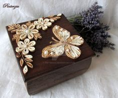 Antiqued quilled and decorated box - by: Pinterzsu Quilling Butterfly, Arte Quilling, Paper Quilling Cards, Quilling Work, Paper Quilling Patterns, Quilled Paper Art, Quilling Paper Craft, Paper Crafts, Quilling Ideas