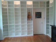 Klassieke boekenkast op maat rondom gebouwd in een bibliotheekkamer