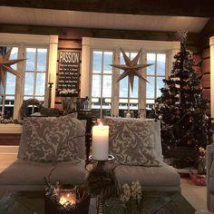 Juletreet er ferdig pyntet og barn og voksne gleder seg til den store dagen ❤️#interiorandgarden #ninterior #bladethytteliv #hytteliv #interiør #interior123 #interior125 #ninterior #hytteinteriør #hyttemagasinet #hytteinspirasjon #123hytteinspirasjon #cabin#cottage#tømmerhytte