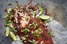 Prachtig gegrilde zalm met de smaak van knoflook, spek, pittige chili en een fris accent van limoen en koriander.
