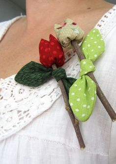 Patchwork by Elektra Z: Nuevos broches de flores / New flower brooches Felt Flowers, Diy Flowers, Fabric Flowers, Sewing For Dummies, Rustic Flowers, Fabric Jewelry, Fabric Decor, Flower Crafts, Bunt