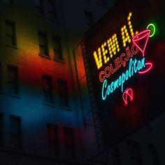Las Vegas, New York, Tóquio. O dinamismo e a mistura de culturas e estilos dos grandes centros urbanos é a grande inspiração da Coleção Cosmopolitan. A coleção representa a mesma personalidade e versatilidade camaleônica do street style urbano! Você vai amar! #neon #luzes #cidade #cosmopolitan #urban #city #newyork #lasvegas #tokyo #iloveit #dinamismo #movimento #estilo #instastyle #instaurban #instacool #instadesign #lettering #love