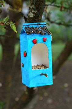 Build nesting box yourself – DIY projects for children and adults - Moderne Ideen Homemade Bird Houses, Homemade Bird Feeders, Diy Bird Feeder, Bird Houses Diy, Houses Houses, Kids Crafts, Crafts To Sell, Diy And Crafts, Toddler Crafts
