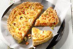 Een echte topper voor als de lente aanbreekt, deze quiche met geitenkaas, lente-ui en jonge worteltjes. Maak er een knapperig slaatje bij.