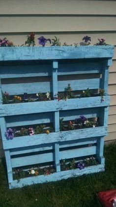 Vertical pallet flower bed Flower Beds, Outdoor Furniture, Outdoor Decor, Pallet, Gardening, Flowers, Home Decor, Shed Base, Decoration Home