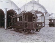 Tramwagon, met als opschrift Batavia en Inlanders, voor een remisegebouw. 1899