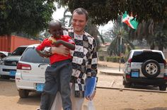 """Der österreichische UNICEF-Mitarbeiter Johannes Wedenig hat schon einiges gesehen und erlebt während seiner Einsätze für UNICEF. Eines seiner größten Anliegen ist die Schulbildung der Kinder: """"Es hat sich gezeigt, dass kinderfreundliche Schulen erheblich zur Qualität der Bildung beitragen. Wir haben die Möglichkeit, im Leben der Kinder von Burundi und in der Zukunft des Landes einen wirklichen Unterschied zu bewirken. Es ist unsere gemeinsame Verantwortung, diese zu ergreifen."""" Johannes, Freundlich, Button Down Shirt, Men Casual, Mens Tops, Shirts, Fashion, Schools, Future"""