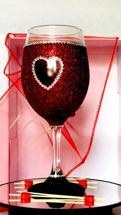 Diy Masquerade Decorations, Diy Wedding Decorations, Quinceanera Decorations, Diy Wine Glasses, Glitter Wine Glasses, Diy Resin Crafts, Wire Crafts, Diy Christmas Gifts, Valentine Gifts