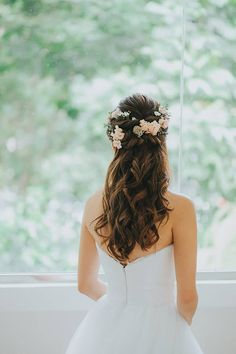 Pin by Ana Dominguez on peinado de novia Curly Wedding Hair, Simple Wedding Hairstyles, Wedding Hair Clips, Wedding Hair Pieces, Wedding Hair And Makeup, Wedding Hair Accessories, Prom Hair, Bridal Hair, Open Hairstyles