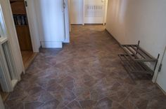 Dekorative #brune #fliser på gulvet i entreen.