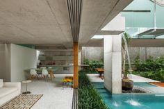 Galeria da Arquitetura | Casa de fim de semana - No térreo, salas de estar, jantar e cozinha estão integrados e inteiramente abertos para o jardim, sendo o espaço usado para recepcionar familiares e amigos