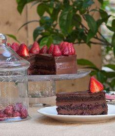 Μια τούρτα με τα δύο αγαπημένα μας υλικά, τη σοκολάτα και τη φράουλα, σε αγαστή συνεργασία.