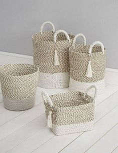 icu ~ See how to make a basket of jute with your own hands. ~ See how to make a basket of jute with your own hands. Jute Crafts, Diy Home Crafts, Crafts To Sell, Diy Para A Casa, Wedding Centerpieces Mason Jars, Burlap Centerpieces, Painted Baskets, Wicker Baskets, Round Basket