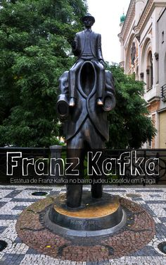 Estátua de Franz Kafka no bairro judeu Josefov em Praga, capital e a maior cidade da República Checa