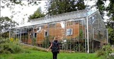 Swedish Couple Builds Greenhouse Around Home to Stay Warm and Grow Food All Year Long. The greenhouse keeps their home in the even when it's freezing outside. It allows the family to grow Mediterranean fruit in Sweden. Natur House, Interior Tropical, Build A Greenhouse, Greenhouse House, Greenhouse Ideas, Homemade Greenhouse, Greenhouse Growing, Greenhouse Wedding, House In Nature