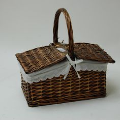 Cesta de mimbre Forrada con tapa Home Decor Baskets, Basket Decoration, Baskets On Wall, Wicker Baskets, Gift Baskets, Diy And Crafts, Paper Crafts, Sewing Baskets, Refashioning