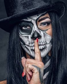 Halloween Makeup is some of the most incredible makeup ideas we have ever come across. Today we have 31 of the most incredible halloween makeup ideas that we could get our hands on and these are just astonishing. Skull Girl Tattoo, Girl Tattoos, Up Halloween, Halloween Makeup, Skull Makeup Tutorial, Sugar Skull Artwork, Catrina Tattoo, Cholo Art, Sugar Skull Girl