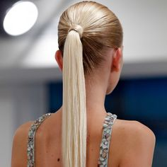 Look polished in less than five minutes by pulling your hair up into a power ponytail, which is basically just an elevated version of your standard sporty High Ponytail Hairstyles, High Ponytails, Sleek Ponytail, Sleek Hairstyles, Ponytail Updo, Updo Hairstyle, Beauty Hacks Lazy, Beauty Hacks Video, Beauty Tips
