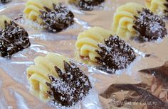 fursecuri cu ciocolata si nuca de cocos (4) Macaroni, Waffles, Deserts, Sweets, Cookies, Breakfast, Food, Drinks, Beautiful Things