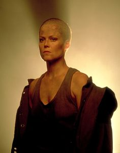 A gallery of Alien 3 publicity stills and other photos. Featuring Sigourney Weaver, Charles S. Dutton, David Fincher, Charles Dance and others. David Fincher, James Cameron, Sigourney Weaver Alien, Bald Women Fashion, Alien Film, Film Science Fiction, Man In Black, Ellen Ripley, Charles Dance