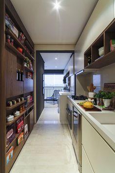 Cozinha de apartamento muito bem aproveitada.