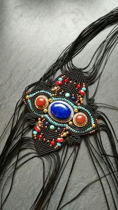 Future manchette, Saint Petersbourg, influences russe dans les couleurs et les formes. #saelcreation macramé et pierres fines, jaspes rouges, lapiz lazuli, howlites teintées turquoises, perles de bohème